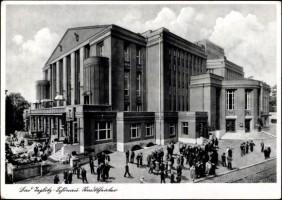 Devant le Neues Stadttheater